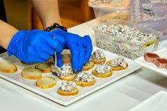 Zubereitung von köstlichen Snäcken lizenzfreies stockbild