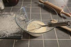 Zubereitung von Kuchen für das Backen, von Nahaufnahmen auf einer Schüssel und von Mehl lizenzfreie stockfotos