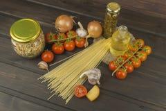 Zubereitung von selbst gemachten Teigwaren Teigwaren und Gemüse auf einem Holztisch dietätische Lebensmittel Lizenzfreie Stockfotografie