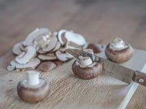 Zubereitung von weißen Pilzen Lizenzfreies Stockfoto