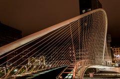 Zubizuribrug 's nachts in Bilbao Stock Foto