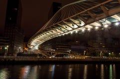 Zubizuribrug 's nachts in Bilbao Royalty-vrije Stock Fotografie