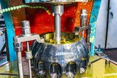 Zuborezka, het snijden van de groeven op de cv-verbinding van de toestelschacht met olie het koelen en smering stock foto