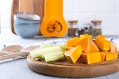 Zucca affettata su un bordo di legno Alimento di cottura domestica con la zucca immagini stock