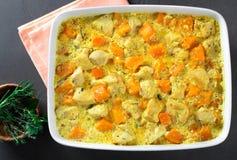 Zucca al forno con il pollo e la salsa crema in una forma di cottura e Immagini Stock