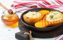 Zucca al forno farcita con cuscus con miele e timo Fotografia Stock Libera da Diritti
