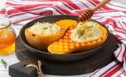 Zucca al forno farcita con cuscus con miele e timo Fotografia Stock