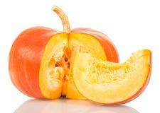 Zucca arancio e fetta isolate su bianco Fotografia Stock Libera da Diritti