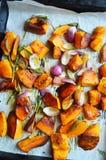 Zucca arrostita con salvia e cipolle di inverno Fotografie Stock