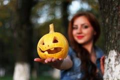 Zucca dai capelli rossi di Halloween della ragazza Immagine Stock