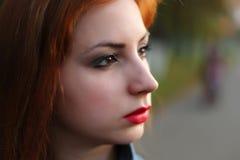 Zucca dai capelli rossi di Halloween della ragazza Fotografia Stock Libera da Diritti