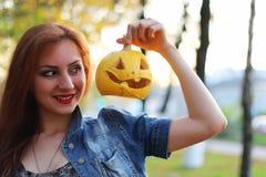 Zucca dai capelli rossi di Halloween della ragazza Fotografie Stock Libere da Diritti
