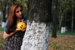 Zucca dai capelli rossi di Halloween della ragazza Fotografia Stock