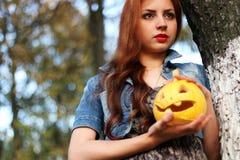 Zucca dai capelli rossi di Halloween della ragazza Fotografie Stock