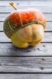 Zucca decorativa su una tavola di legno immagini stock libere da diritti