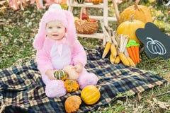 Zucca della tenuta della ragazza Concetto di Halloween Fotografia Stock Libera da Diritti