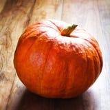Zucca di autunno sulla tavola di legno Bello thanksg della zucca di autunno Immagine Stock