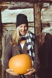 Zucca di autunno sveglia della tenuta della donna Immagine Stock