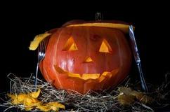 Zucca di Halloween, all'interno dell'illuminato di da indicatore luminoso, gabinetto terrificante Fotografia Stock