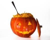 Zucca di Halloween, all'interno dell'illuminato di da indicatore luminoso, gabinetto terrificante Fotografia Stock Libera da Diritti
