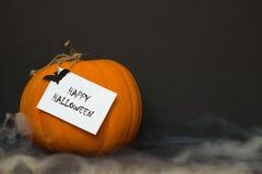Zucca di Halloween con fumo su un fondo nero Fotografie Stock