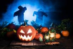 Zucca di Halloween con gli spaventapasseri e la foschia blu immagine stock libera da diritti