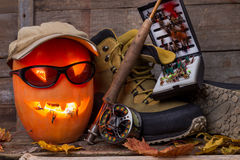 Zucca di Halloween con guadare gli stivali e pesca con la mosca Immagini Stock Libere da Diritti