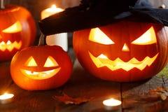 Zucca di Halloween con il cappello delle streghe fotografie stock libere da diritti