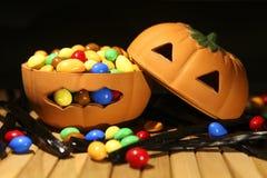 Zucca di Halloween con la caramella Immagini Stock