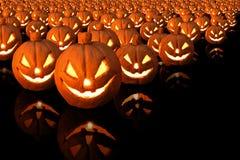 Zucca di Halloween con le candele brucianti su fondo nero immagine stock libera da diritti