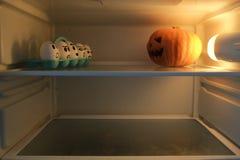 Zucca di Halloween contro le uova arrabbiate Immagini Stock Libere da Diritti