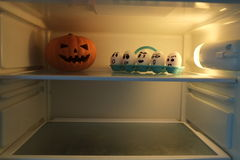Zucca di Halloween contro le uova arrabbiate Fotografia Stock Libera da Diritti