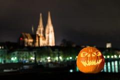 Zucca di Halloween davanti alla cattedrale ed al Danubio in Germania, Germania Fotografia Stock Libera da Diritti