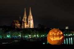 Zucca di Halloween davanti alla cattedrale ed al Danubio in Germania, Germania Fotografia Stock
