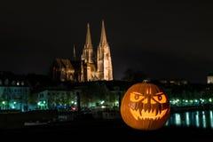 Zucca di Halloween davanti alla cattedrale ed al Danubio in Germania, Germania Immagine Stock Libera da Diritti