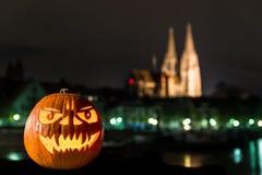 Zucca di Halloween davanti alla cattedrale ed al Danubio in Germania, Germania Immagini Stock Libere da Diritti