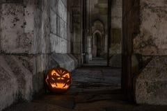 Zucca di Halloween davanti alla parete di pietra antica di una chiesa, Germania Fotografie Stock Libere da Diritti