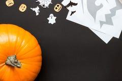 Zucca di Halloween e decorazione di festa sui precedenti neri Immagine Stock