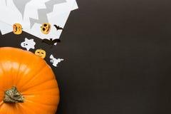 Zucca di Halloween e decorazione di festa sui precedenti neri Fotografia Stock Libera da Diritti