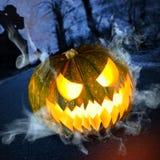 Zucca di Halloween in foresta scura alla notte Fotografie Stock Libere da Diritti