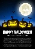 Zucca di Halloween su erba con la luna Fotografia Stock