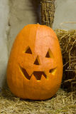 Zucca di Halloween su paglia Immagine Stock Libera da Diritti