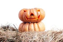 Zucca di Halloween sul fieno su un fondo bianco isolato Fotografie Stock Libere da Diritti