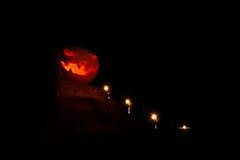 Zucca di Halloween sull'altare con le candele che conducono a, buio, Immagine Stock