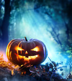 Zucca di Halloween in una foresta spettrale alla notte Fotografia Stock Libera da Diritti
