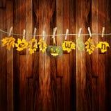Zucca divertente di Halloween, appendente sulla corda con l'autunno variopinto Fotografia Stock Libera da Diritti