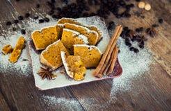 Zucca dolce - pane alla cannella con la polvere dello zucchero fotografie stock libere da diritti