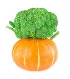 Zucca e cavolo dei broccoli isolato su fondo bianco con il percorso di ritaglio immagine stock libera da diritti