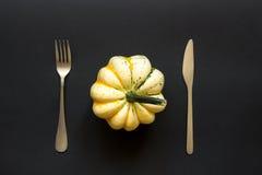 Zucca e coltelleria decorative sulla tavola nera Immagini Stock