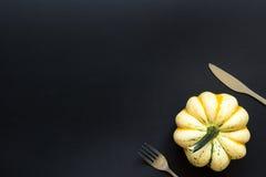 Zucca e coltelleria decorative sulla tavola nera Fotografia Stock